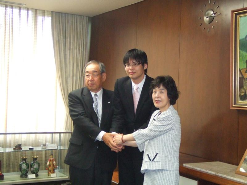 (写真左より)石狩 田岡克介市長、さくらインターネット代表 田中、北海道 高橋はるみ知事